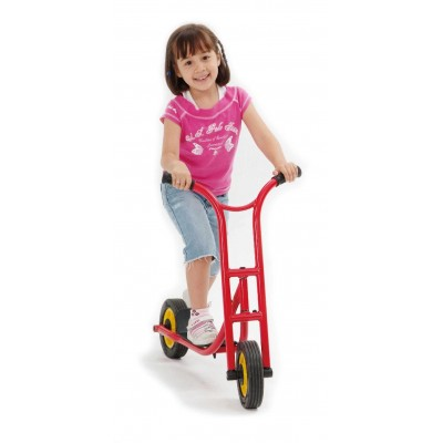 lachendes Mädchen fährt mit dem Roller