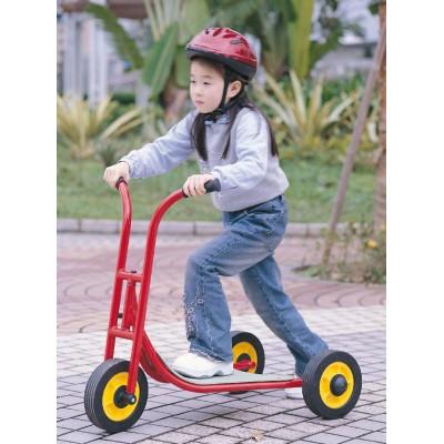 Mädchen fährt konzentriert mit dem Roller