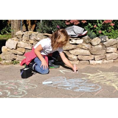 Mädchen malt die Straßen bunt