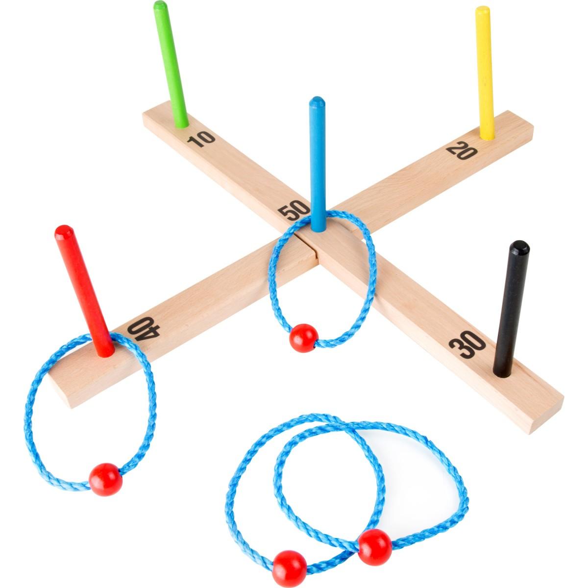 """Ringwurfspiel """"Bunt"""" vier geflochtene Ringe sollen für viele Punkte über die Stäbe geworfen werden."""